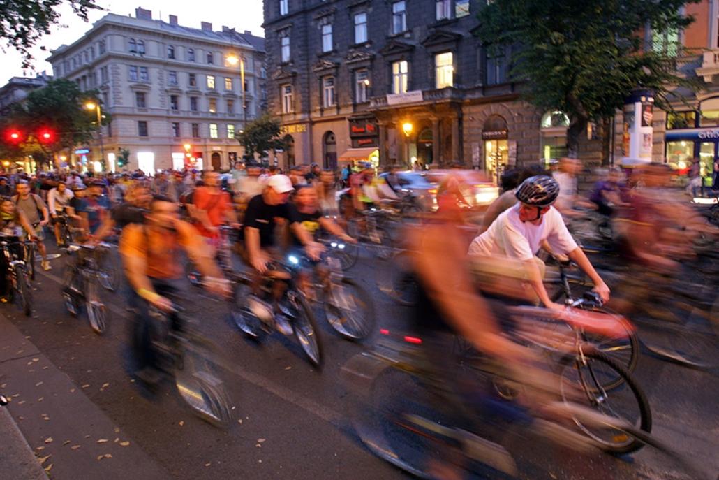 A hagyományos bringaemeléssel indult a Critical Mass kerékpáros felvonulás Budapest belvárosában este fél hétkor - a bringások az V. kerületi Városháza parkból szabadon választott útvonalon a Nagykörútra tekertek, nyolc óra körül újra találkoztak a Városháza tömbjénél.