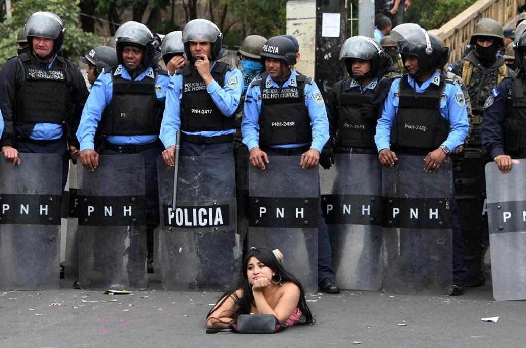 afp.18.01.21. Salvador Nasralla fekvéssel tüntet a rendőrök előtt, Orlando Hernandez elnök vitatott újraválasztása miatt
