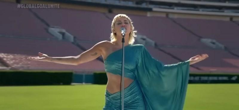 Kongóan üres stadionban énekelte el Miley Cyrus a Helpet (videó)