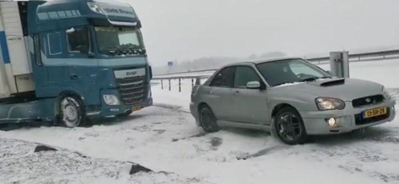 Megmutatta havon a Subaru – kihúzta a megszorult kamiont a hóból