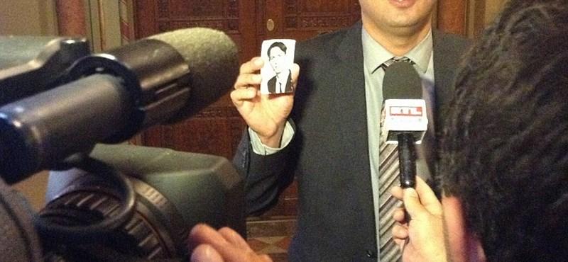 HírTV: Molnár Zsolt kapucniban tüntetett 1992-ben a tévészékháznál
