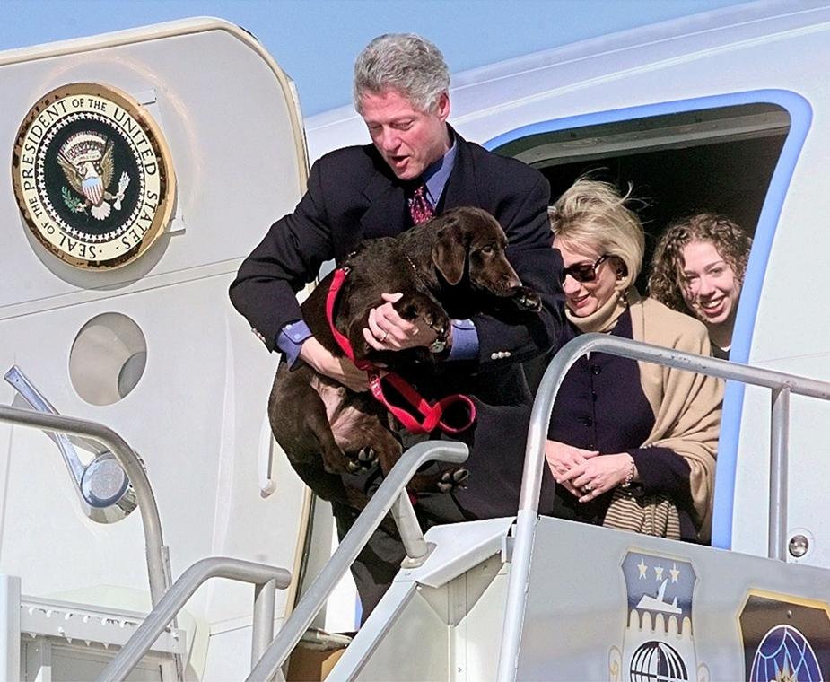 1997.12.30. - Clinton és ''Buddy'', a labrador érkezik Grúziába nyaralni(?)- - CLNTNAGY