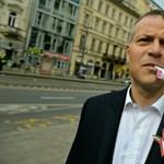 Tojásdobálással tiltakozott Gulyás Márton fogva tartása miatt az Együtt