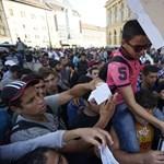 A rendőrök felé nyomulnak az afgán tüntetők a Keleti előtt