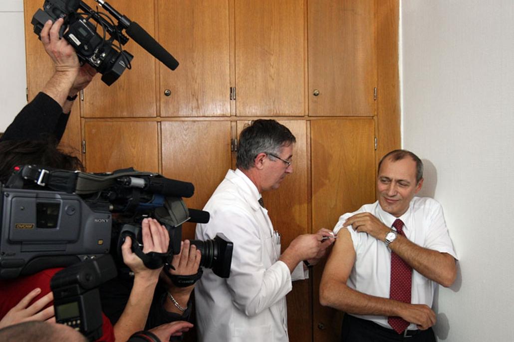 Székely Tamás egészségügyi miniszter több tucat tévé kamerája előtt oltatta be magát az új influenza ellen.