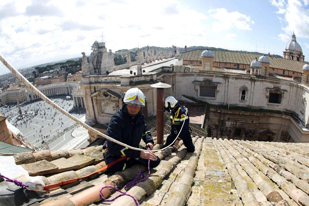 Kéményt helyeznek el a Vatikán sixtusi kápolnájának tetejére 2013. március 9-én. A bíborosok konklávéját a kápolnában tartják március 12-től, és a kéményből felszálló füst színe jelzi majd, ha megválasztották az új pápát. - pavalko