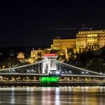 Dunába dobták a magyar zászlót, kihallgatta őket a rendőrség