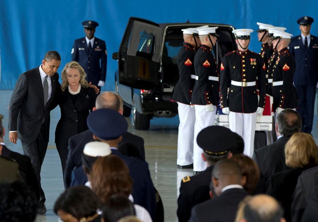 Barak Obama amerikai elnök és Hillary Rodham Clinton külügyminiszter sétálnak vissza a székükhöz az Andrews légibázison, miután megtartották beszédüket az amerikai áldozatok hazahozatala alkalmából tartott megemlékezésen,  arab világ, tüntetések, mohammed