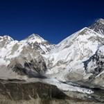 Újabb két hegymászó halt meg a Mount Everesten