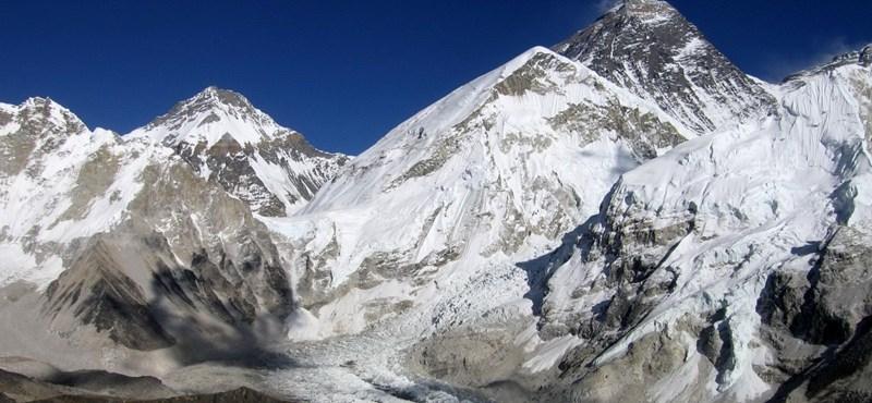 Lavina sodort el hegymászókat a Mount Everesten
