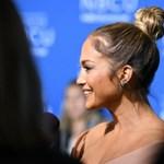 Jennifer Lopez está tan enamorada que usa un collar con su nombre