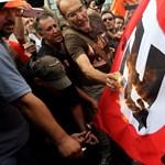 Náci tisztek, égő horogkereszt és meztelen férfi várták Merkelt - Galéria