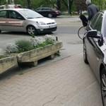 Nem, diplomata-BMW-vel sem szabad a bicikliúton parkolni - fotó