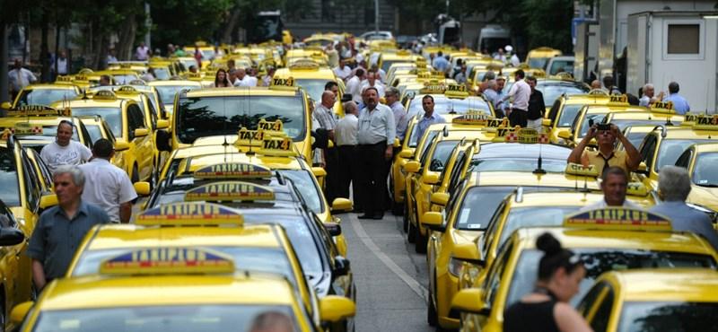Fotók: sárgállott az Alkotmány utca a tüntető taxisoktól