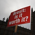 Évszázados politikai hagyományok forognak kockán a briteknél