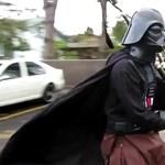 A nap videója: Darth Vader egykerekűn dudálja el a Birodalom nótáját