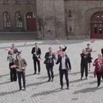 A norvég kormánytagok csípőmozgása beég a retinánkba