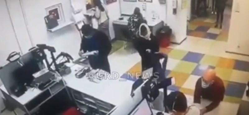 Nem volt maszkja egy nőnek, levette a bugyiját, úgy intézte a postai ügyeit (videó)