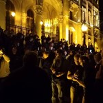 Beálltak a tüntetők a rohamrendőrök arcába a Kossuth téren, és az arcukba fújják a füstöt
