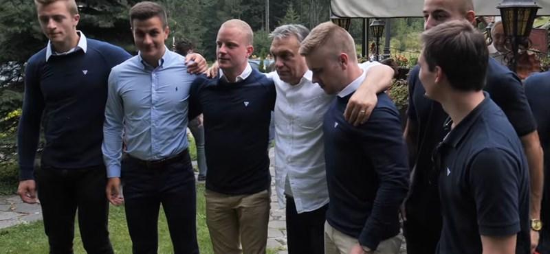 Migránsgyűlölő fiatalokkal pózolt Orbán, ők akarják megmutatni Orbán másik arcát
