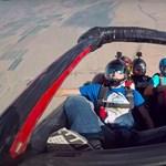 Ez történik, ha 9000 méter magasan kidobnak egy autót a repülőgépből – videó