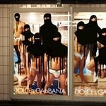 Rejtély az aluljáróban: muszlim fátylat rajzol a plakátokra egy ismeretlen - fotók