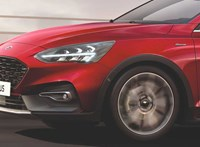 Új luxusváltozat jön a Ford Focusból, és érkezik a hibrid is