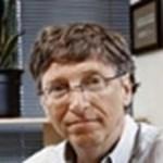 Bill Gates irodája - három monitort és Outlookot használ