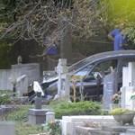 Fotók: Sírokról kellett leszedni a Farkasréti temetőbe hajtó autót