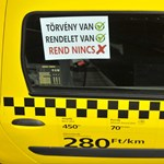 """A nap fotója: A taxis, aki """"elfelejtette"""", hogyan kell szabályosan parkolni"""