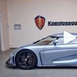 Mi történik, ha a Koenigsegg távirányítóján megnyomjuk a Show Mode gombot? Hát ez