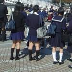 Egy iskola tanárai nem bírnak magukkal, ezért tilos miniszoknyát hordani