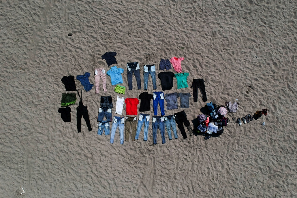 NAGYÍTÁS ÉV KÉPEI Clothes and shoes of Honduran migrants - travelling on caravan to the US - dry on the banks of the Suchiate river, the natural border between Tecun Uman, Guatemala, and Ciudad Hidalgo, Mexico, on January 19, 2020.