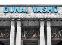Telex: Biztonságiak próbáltak bejutni Dunaújvárosba, óriási rendőri készültség van a vasműnél
