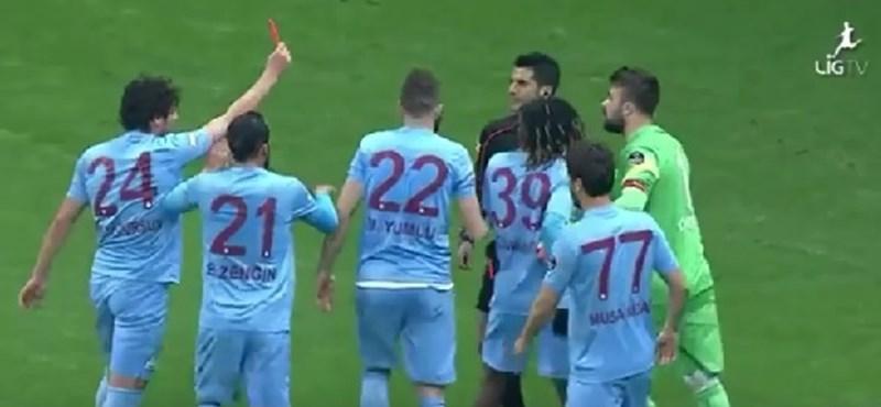 Pirosat adott a bírónak egy focista, erre kiállították - videó