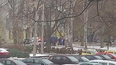 Két villogó rendőrautó állt a kispesti önkormányzat előtt
