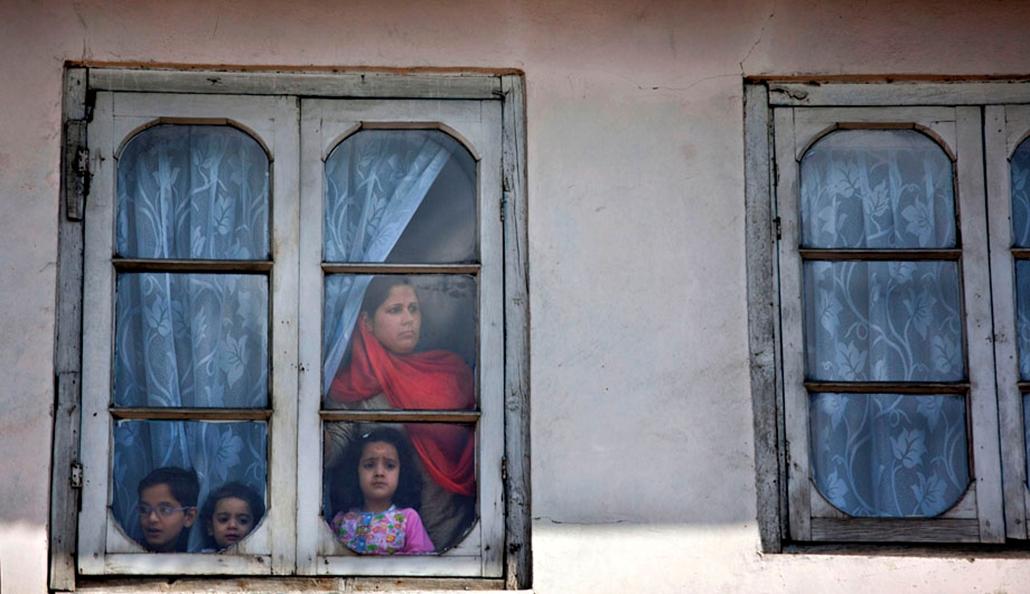 Muzulmán család nézi a tüntetéseket Kasmírban , arab világ, tüntetések, mohammed próféta