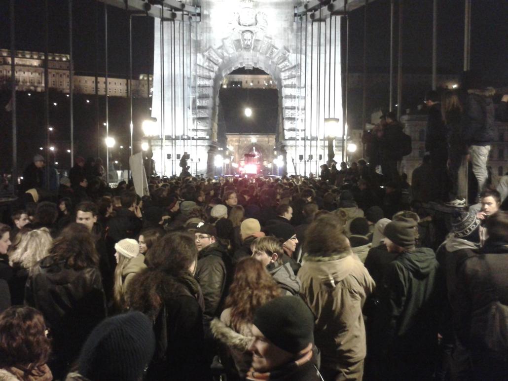 Tüntetők a Lánchídon