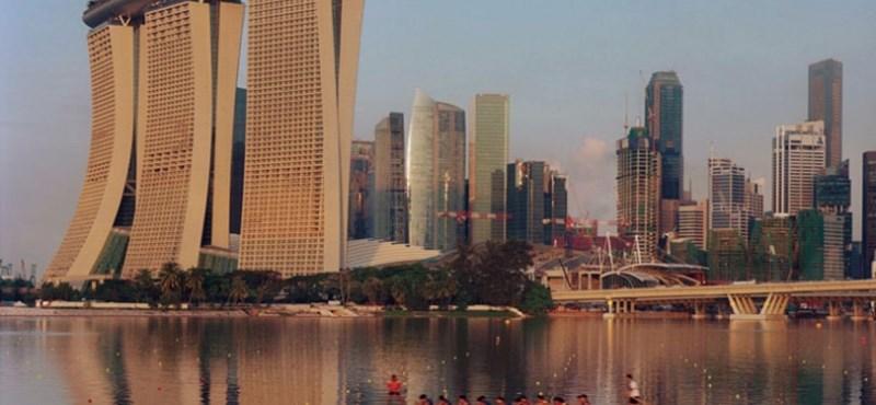 Szingapúri luxus - óriás uszoda a felhők felett