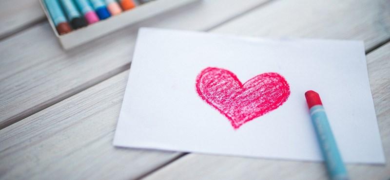 A nap képe: piros szívekkel mond köszönetet az iskola az értük dolgozóknak