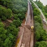 Elképesztő sár- és kőlavina a síneken: július előtt nem lesz vonatközlekedés Nagymarosnál