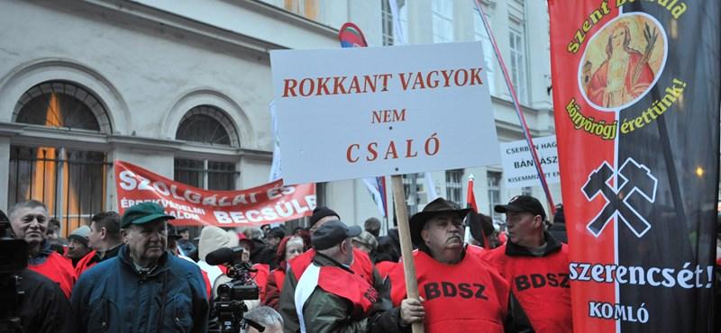 """""""Rokkant vagyok, nem csaló"""" - bányászok tüntettek az Emmi előtt"""