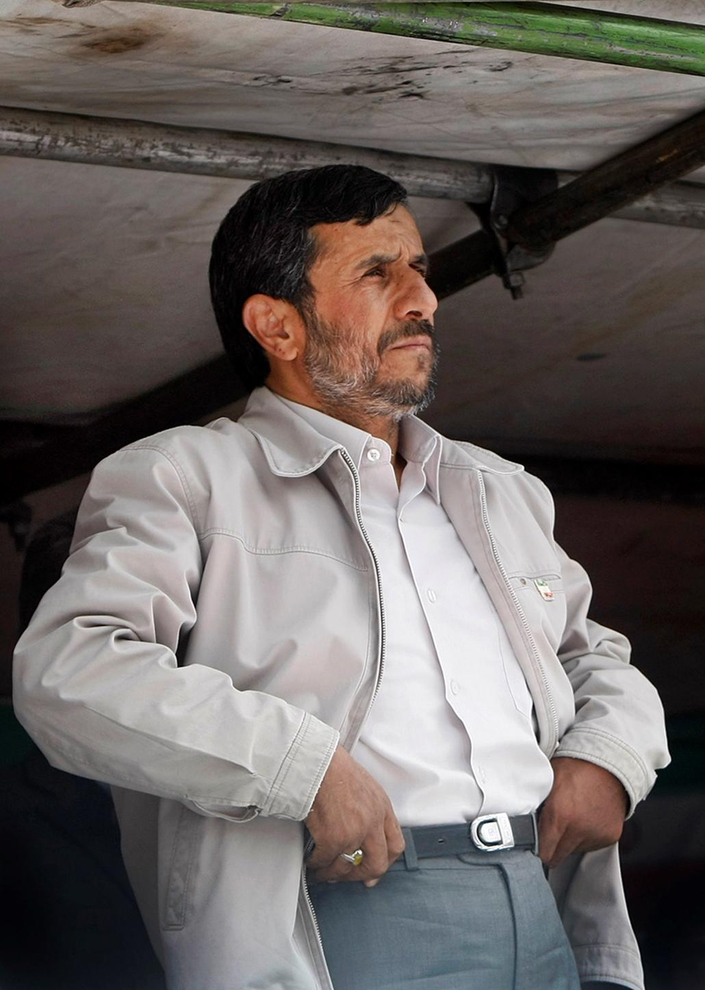 Mahmúd Ahmadinezsád volt és jelenlegi elnök. Fel kell kötnie a gatyáját