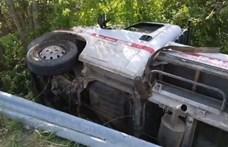 Patakmederbe zuhant egy gázpalackokat szállító autó