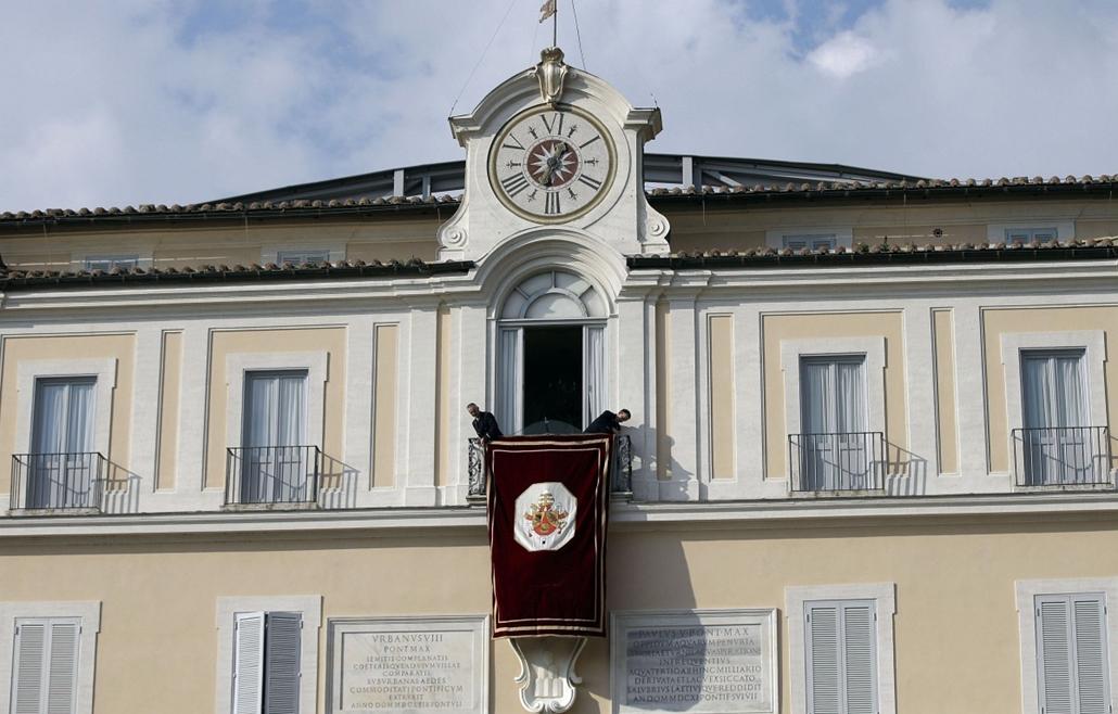 Lemond a pápa,Castel Gandolfo, 2013. február 28.Kiakasztanak egy apostoli címeres drapériát a pápai nyári rezidencia erkélyére a Rómától délre fekvő Castel Gandolfóban 2013. február 28-án. Délután ide érkezik, majd este lemond XVI. Benedek pápa (képe a zá