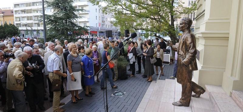 Fotók: Optimistán pipázik Szent-Györgyi Albert új szobra