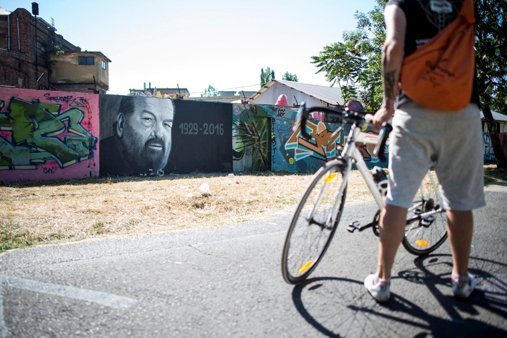 mti.16.06.29. - A 86 éves korában elhunyt olasz Bud Spencer, eredeti nevén Carlo Pedersoli olasz úszó, vízilabdázó és színész portréja a budapesti Filatorigátnál 2016. június 29-én. A festményt a Taker néven festõ graffitis készítette.