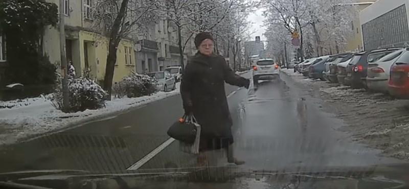 Az öntudatos nagymamák etalonja ez a néni, aki itt önkéntes rendőrködik - videó