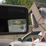 A nap fotója: Szentendrén ágyat szállítottak egy kabrió BMW-vel
