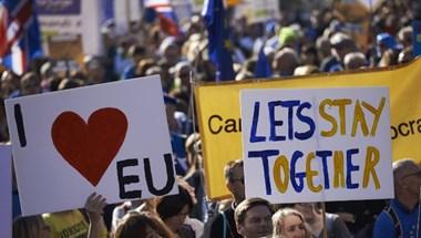 Féltik a munkahelyüket a Nagy-Britanniában dolgozó külföldiek a Brexit miatt